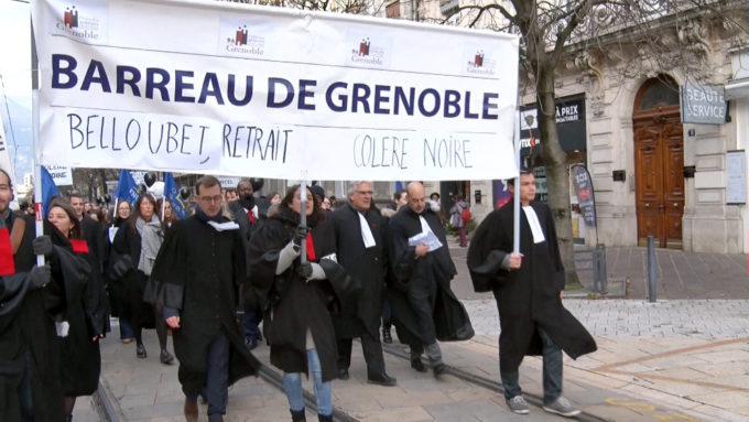Ce16 septembre, les avocats du barreau grenoblois étaient en grève pour la sauvegarde de leur régime autonome de retraite visé par la réforme en cours.© Joël Kermabon - Place Gre'net