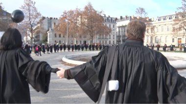 Les avocats forment un grand cercle devant la préfecture autour du bassin de la place de Verdun. © Joël Kermabon - Place Gre'net