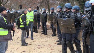 Juste après l'interpellation de Julien Terrier, le courroux des gilets jaunes face aux forces de police. © Joël Kermabon - Place Gre'net