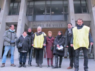 Le collectif contre les démolitions imposées à la Villeneuve demande au maire de Grenoble d'organiser un Référendum d'initiative citoyenne, mardi 8 janvier 2019. © Séverine Cattiaux – Place Gre'net