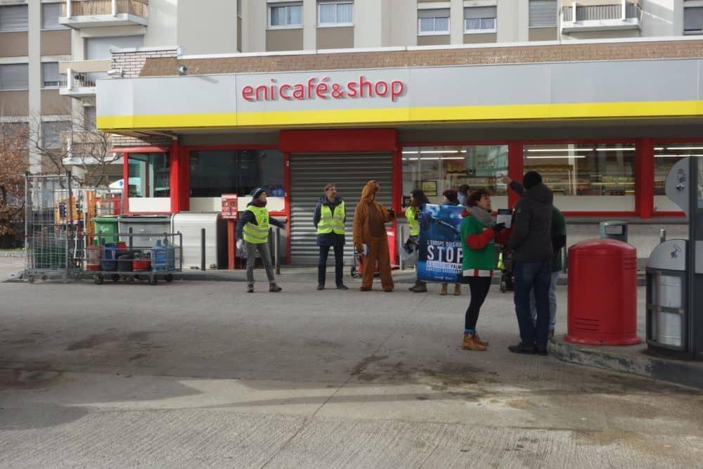 Les militants d'Alternatiba et d'ANV-Cop21 ont interpellé samedi 12 janvier les conducteurs grenoblois sur la question du carburant à base d'huile de palme.Action d'Alternatiba et d'ANV-Cop21 à Grenoble samedi 12 janvier. © Alternatiba