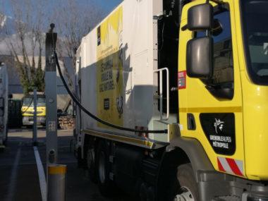 GEG et Grenoble-Alpes Métropole ont lancé ce lundi 11 mars les travaux de construction d'une nouvelle station GNV, sur la commune de La Tronche.Une benne en cours de ravitaillement en GNV. © Joël Kermabon - Place Gre'net