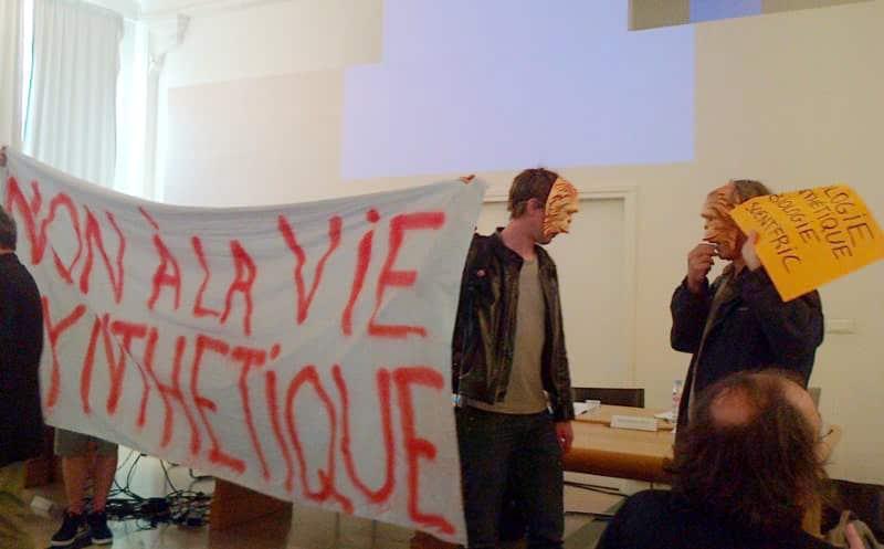 Intervention des Chimpanzés du futur au forum de la biologie synthétique organisé par l'observatoire de la biologie de synthèse (Cnam) à Paris en 2013. © PMO