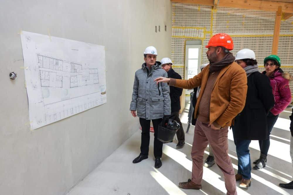 Le maire de Grenoble Éric Piolle visite le chantier de la future crèche. © Auriane Poillet - Ville de Grenoble