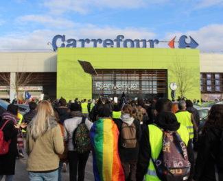 Le Carrefour de Meylan a fermé ses portes pendant les 45 minutes de présence des gilets jaunes lors de cet acte XI. © Place Gren'net - Jules Peyron
