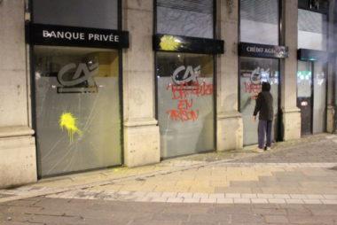 Une agence bancaire, avenue Alsace-Lorraine, fait les frais de la colère de certains manifestants durant l'acte XI des gilets jaunes. © Place Gre'net - Jules Peyron
