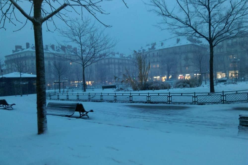La place Victor-Hugo de Grenoble sous la neige en début de soirée mercredi 23 janvier © Florent Mathieu - Place Gre'net