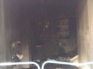 Un premier aperçu des dégâts à travers la porte ouverte de l'entrée principale © Florent Mathieu - Place Gre'net