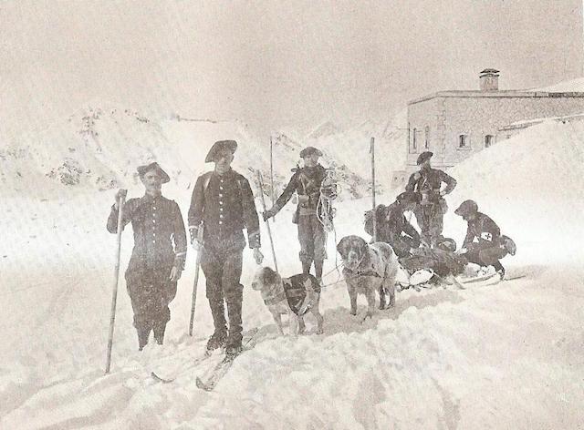 Un secours par traîneau sanitaire en 1906, avec les militaires alpins. DR