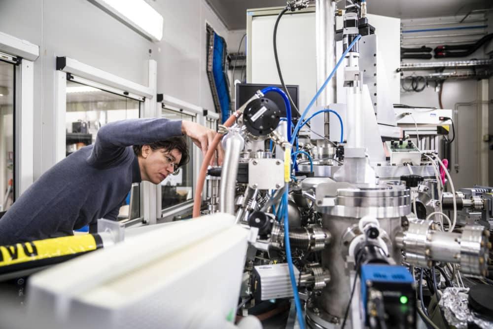 Le synchrotron de Grenoble a permis de percer le mystère de la technique d'empâtement de Rembrandt, un effet de relief dont la recette restait inconnue.L'une des lignes de lumière de l'ESRF, le Synchrotron Européen. © ESRF - Stef Candé