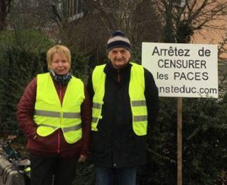 """Deux gilets jaunes ont manifesté pour dénoncer une """"censure"""" de la faculté de médecine mardi 22 janvier. © Alain Rochedy"""