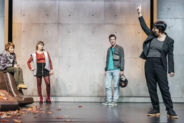 Pascale Henry (à droite) sur la scène du Théâtre 145 en train de donner des indications de jeu à Marie Bonnet, Clémentine Couic et Yohann Bourgeois (de gauche à droite). © Pascale Cholette