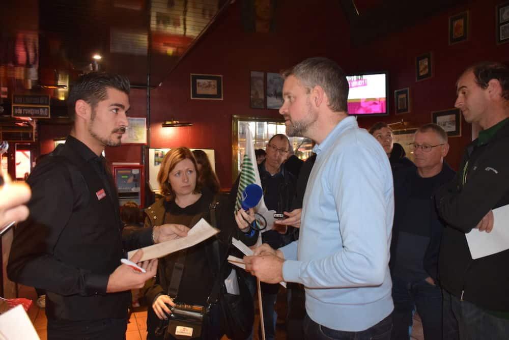 David Rivière s'entretient avec le directeur du Buffalo Grill © Terre Dauphinoise