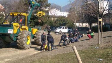 Lundi 18 février, une vingtaine d'opposants au projet d'élargissement de l'A480 ont tenté de bloquer les travaux de défrichement dans le parc Vallier-Catane. Avant d'être délogés par la police. © Alternatiba