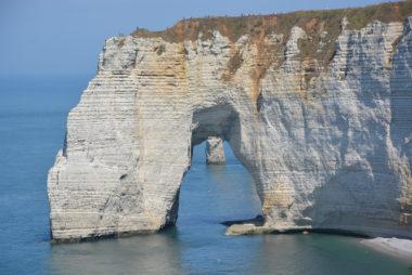 Les falaises blanches d'Etretat sont constituées en grande partie de restes de coccolithophores, dont les coquilles ont formé des dépôts de craie sur le fond marin pendant des millions d'années. DR