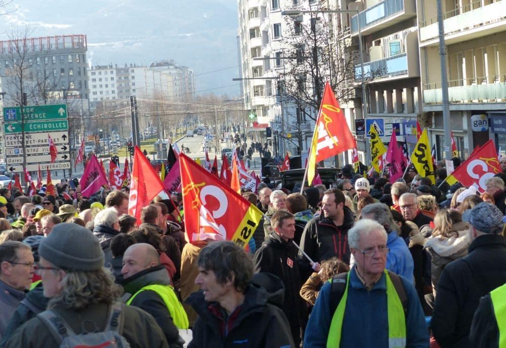Convergence des luttes réussie à Grenoble où la manifestation du 5 février comptait Gilets jaunes, lycéens... et le personnel des écoles de Grenoble. © Florent Mathieu - Place Gre'net