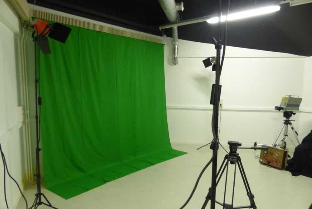 Le fond vert de la Maison de l'image permet de réaliser des incrustations de fond sur une vidéo © Florent Mathieu - Place Gre'net