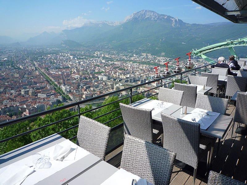 La terrazza del Restaurant Teleférique offre una vista mozzafiato sulla città di Grenoble. DR