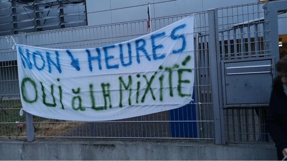 Collège Aimé-Césaire : les parents d'élèves ont bloqué l'établissement mercredi 20 mars. © Joël Kermabon - Place Gre'net