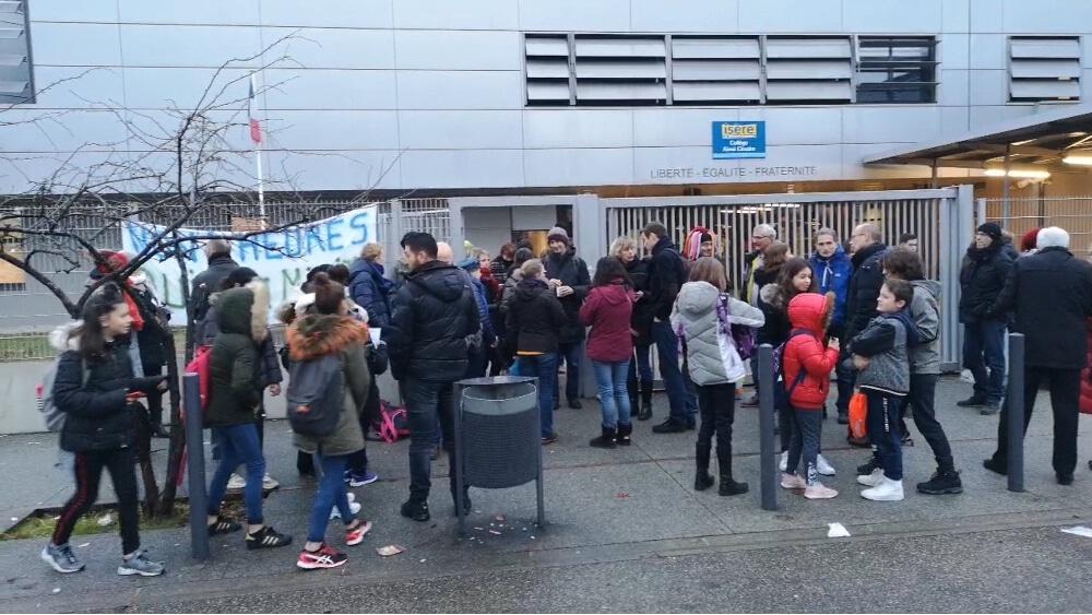 Pas moins de sept collèges de l'Isère appellent à une action collective « collège mort » mercredi 15 mai contre la baisse de leurs moyens.Blocage du collège Aimé-Césaire à Grenoble, en février 2019. © Joël Kermabon - Place Gre'net