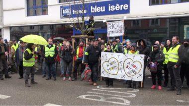 Près de 250 gilets jaunes ont défilé pacifiquement dans les rues de Grenoble ce samedi 2 février à l'occasion de l'acte XII du mouvementSoutien à France Bleu Isère. © Joël Kermabon - Place Gre'net