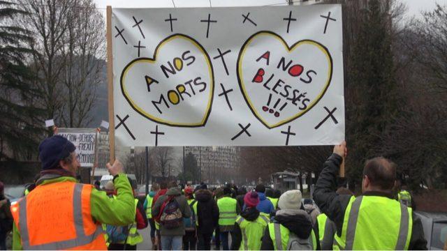 Près de 250 gilets jaunes ont défilé pacifiquement dans les rues de Grenoble ce samedi 2 février à l'occasion de l'acte XII du mouvement© Joël Kermabon - Place Gre'net