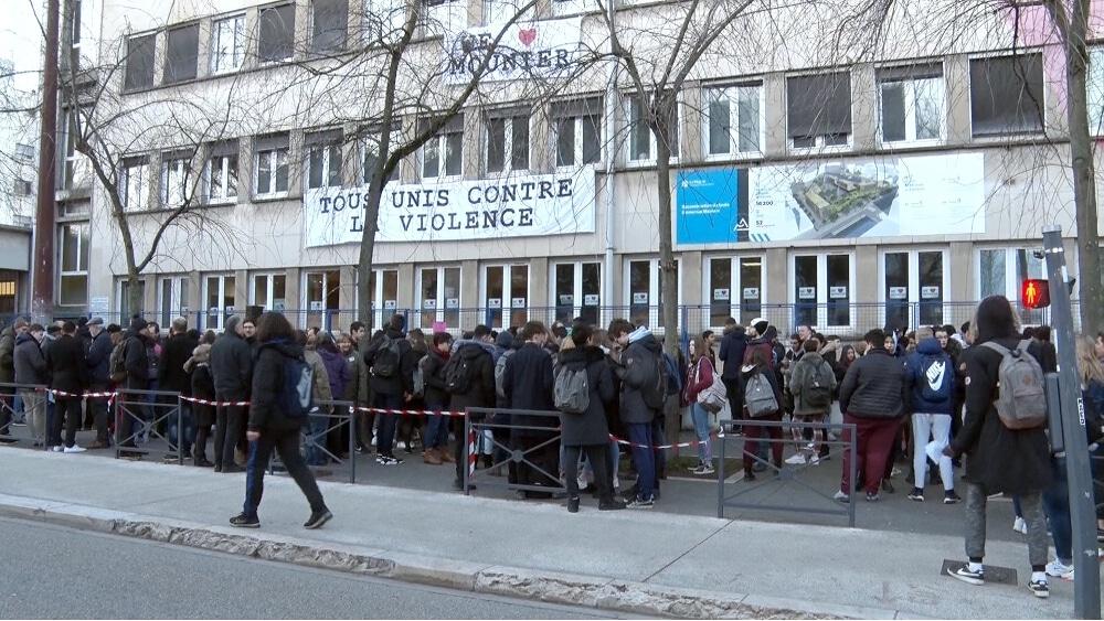 Rassemblement contre la violence mercredi 13 février devant le lycée Mounier de Grenoble © Joël Kermabon - Place Gre'net