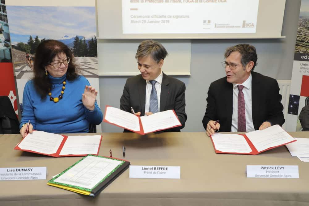 Signature de la convention entre Lise Dumasy, présidente de la Comue, Lionel Beffre, préfet de l'Isère, et Patrick Lévy, président de l'UGA © Université Grenoble Alpes convention UGA Comue Prefecture © UGA