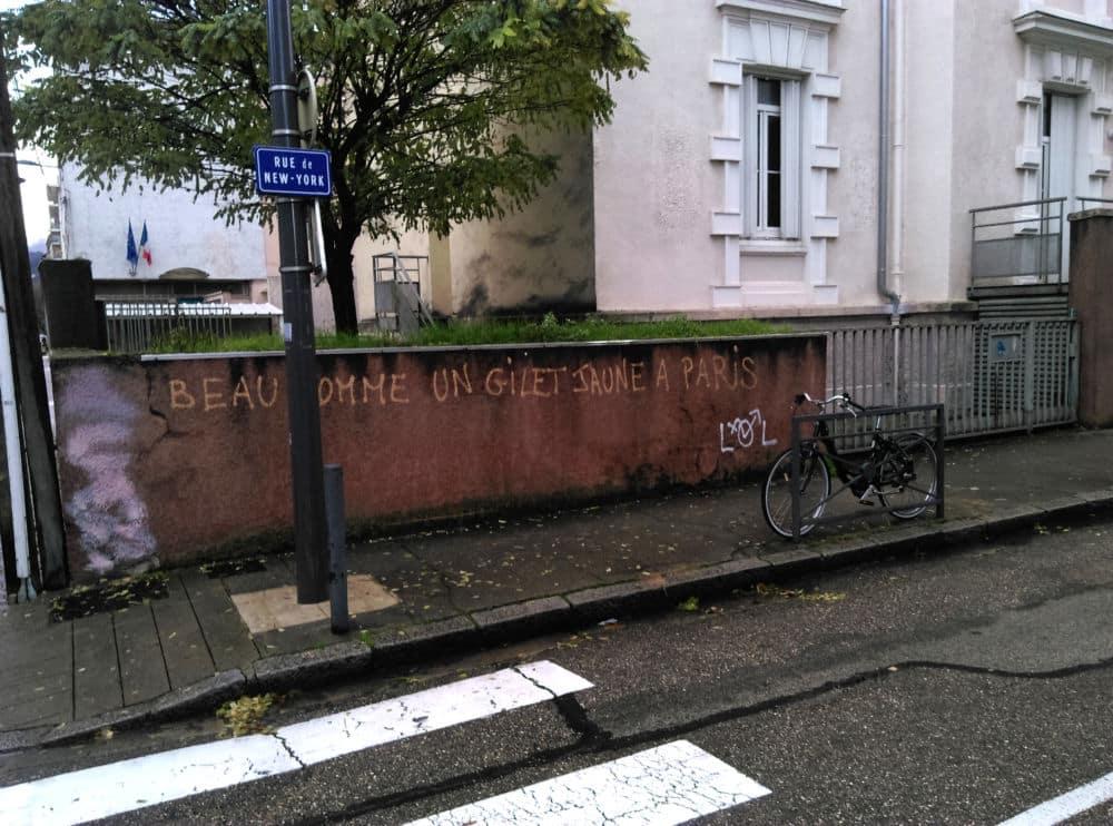 Grenoble est plus habituée aux tags d'inspiration libertaire © Florent Mathieu - Place Gre'net