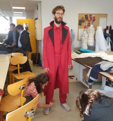 Thibault de Damas, chanteur professionnel, est venu au Lycée Argouges pour essayer son costume du Docteur Grenvil. © Charles Thiebaud - placegrenet.fr
