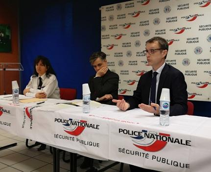 De gauche à droite : Nadine Le Calonnec, directrice DDSP de l'Isère, Lkionel Beffre, préfet de l'Isère et Éric Vaillant, procureur de la République de Grenoble. © Joël Kermabon - Place Gre'net