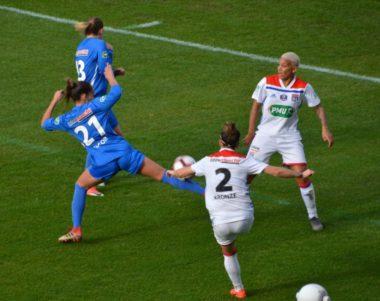 Les joueuses du GF38 ont tout fait pour contrecarrer les attaques lyonnaises. © Laurent Genin