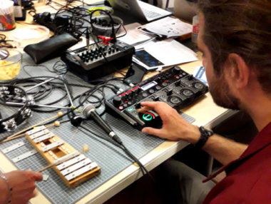 """Le rappeur Santiago Nicola montre aux participants le fonctionnement de la """"loopstation"""" pour l'atelier beat-box."""