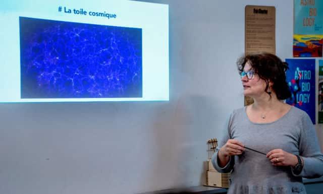 Cécile Renault, marraine scientifique du projet, explique ce qu'est la toile cosmique.