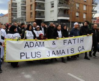 Près de 2000 personnes ont participé à la marche blanche de ce mercredi. © Jules Peyron - Place Gre'net