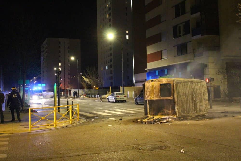 A Grenoble, plusieurs véhicules ont été incendiés et disposés au milieu de la route ce mercredi soir. © Jules Peyron - Place Gre'net