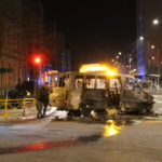 Plusieurs véhicules ont été incendiés et disposés au milieu de la route ce mercredi soir. © Jules Peyron - Place Gre'net