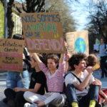 Régulièrement, les manifestants bloquent pour une courte durée les routes en s'asseyant au sol. © Jules Peyron - Place Gre'net