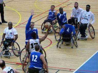Les Isérois, en blanc, avaient déjà battu (61-52) les Alsaciens lors du match aller au gymnase du Charlaix. © Meylan Grenoble handibasket