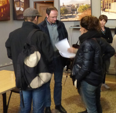 L'ex-salarié et une syndicaliste font part du tract au directeur adjoint d'Ulisse © Charles Thiebaud -placegrenet.fr