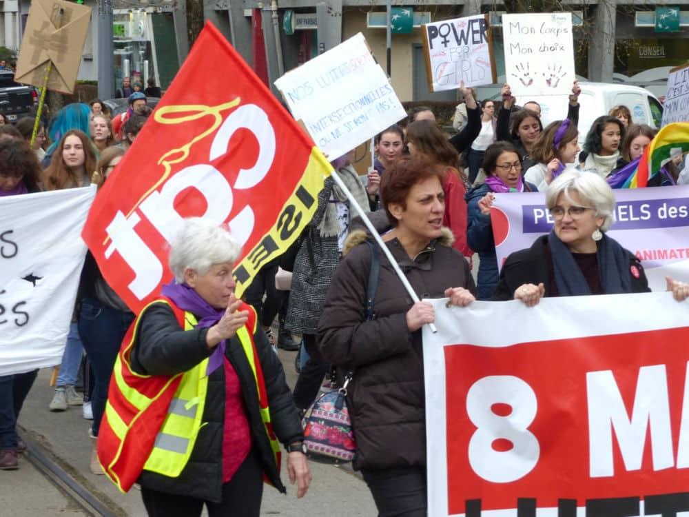 Drapeau CGT pendant la manifestation de la Journée internationale des Droits des femmes de Grenoble © Florent Mathieu - Place Gre'net