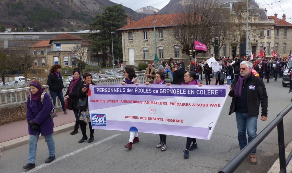 Banderole des personnels des écoles de Grenoble, manifestation pour la Journée internationale des Droits des femmes 2019 © Florent Mathieu - Place Gre'net