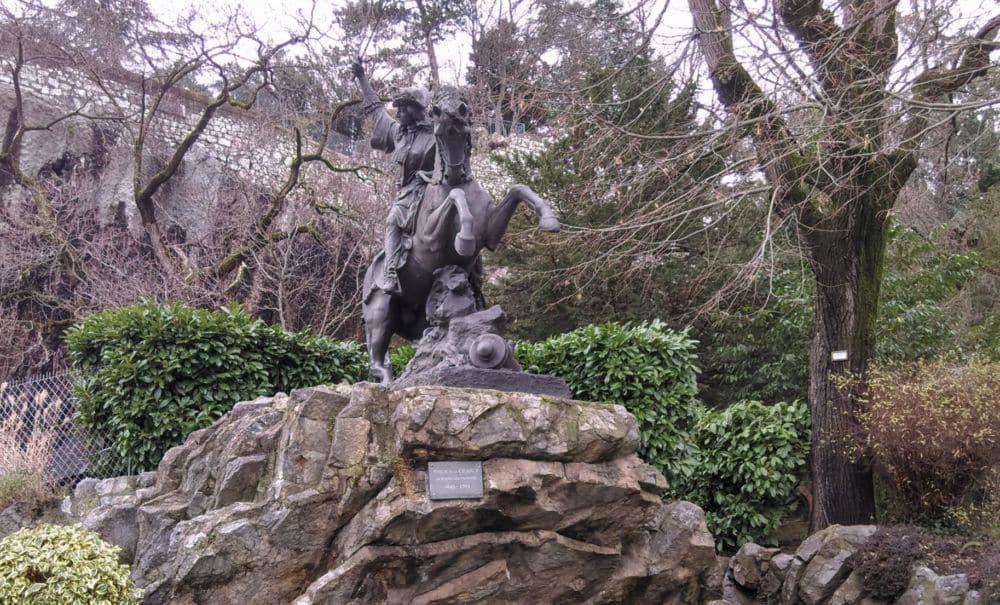 La statue de Philis de la Charce dans le Jardin des Dauphins de Grenoble. L'héroïne dauphinoise compte parmi les (rares) femmes à avoir un nom de rue à Grenoble © Florent Mathieu - Place Gre'net