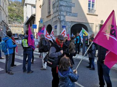 Des syndicats ont organisé un rassemblement devant la permanence parlementaire d'Émilie Chalas pour protester contre la réforme de la fonction publique.© Joël Kermabon - Place Gre'net