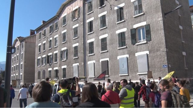 Les manifestants passent devant des immeubles de l'Abbaye aux fenêtres condamnées. © Joël Kermabon - Place Gre'net