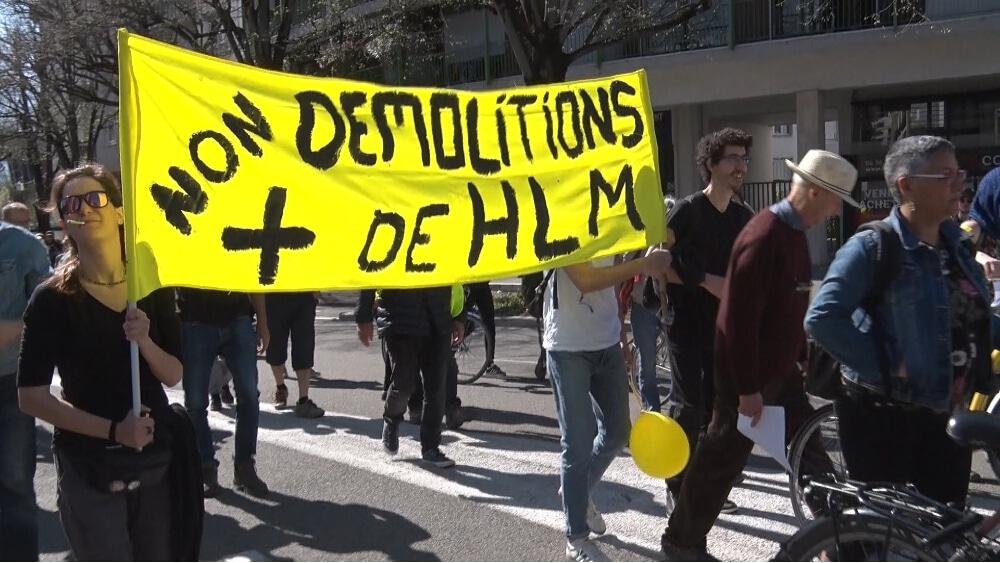 Le samedi 30 mars, le DAL 38 s'alliait aux Gilets jaunes pour dénoncer la fin de la trêve hivernale et faire valoir ses revendicatons © Joël Kermabon - Place Gre'ent