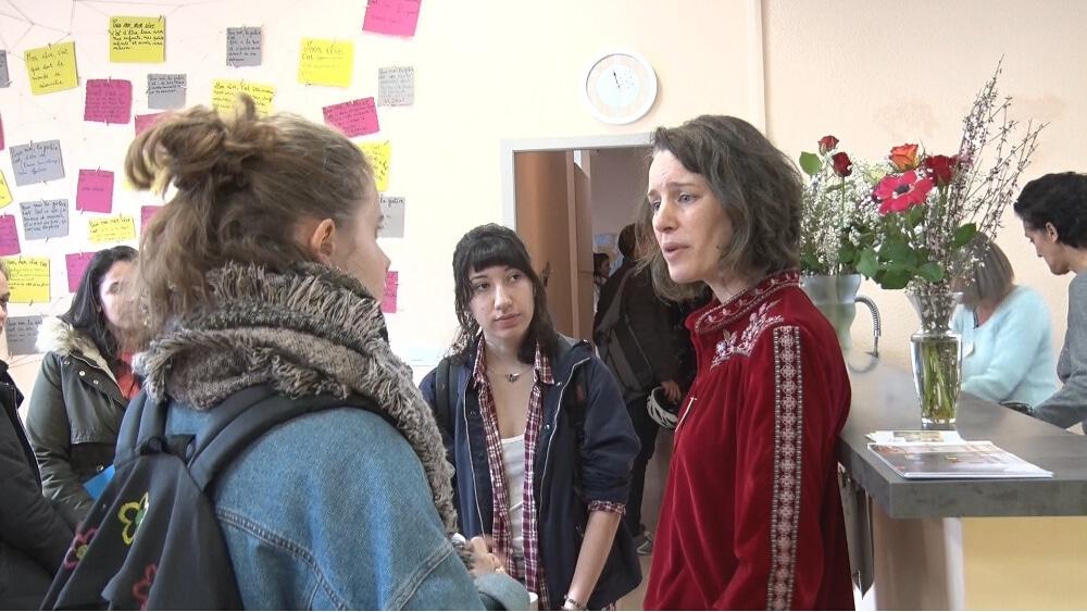 Maïwenn Abjean, la directrice de Femmes SDF en conversation avec de jeunes visiteuses lors d'une journée portes ouvertes. © Joël Kermabon - Place Gre'net