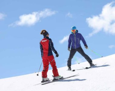Au printemps, les conditions de neige sont favorables à l'apprentissage du ski. © Capture d'écran dossier de presse France Montagnes