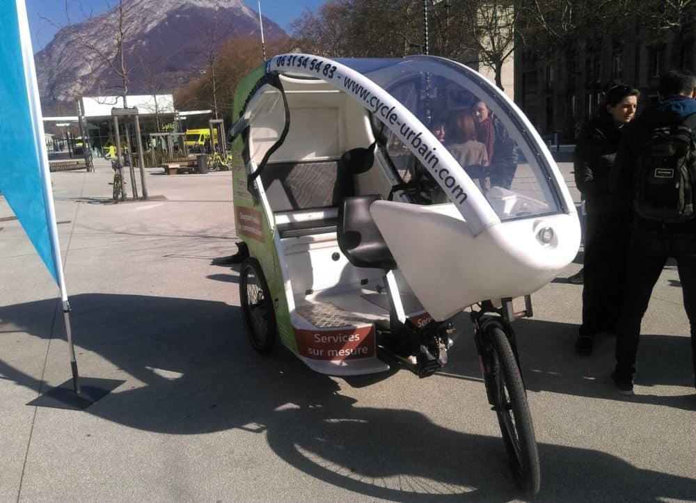 Le SMTC et la Sémitag vont proposer aux abonnés de 75 et plus un service de vélos-taxis en phase d'expérimentation.Les vélos taxi de Cycle Urbain sont équipés d'une assistance électrique. © Florent Mathieu - Place Gre'net