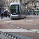 Dans le centre-ville de Grenoble, les rails du tramway s'usent plus vite que prévu. Mais les travaux, prévus en 2018, ont été reportés à 2019. A minima.